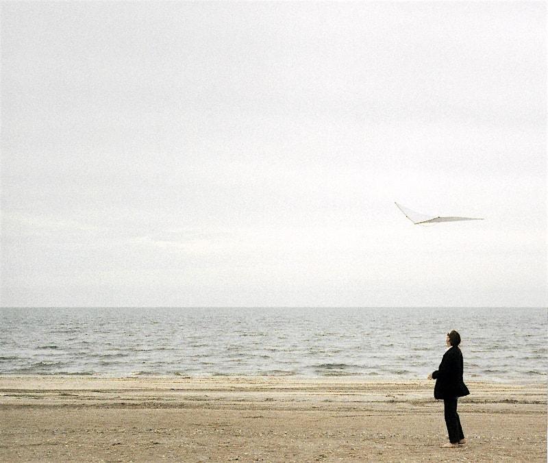 thomas horvath mit einem nullwind-drachen am meer.